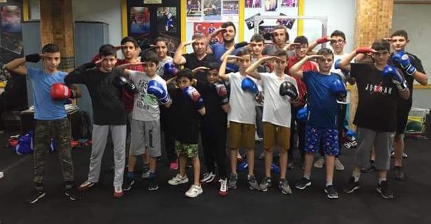 Şampiyon boksörlerden Mehmetçiğe selam