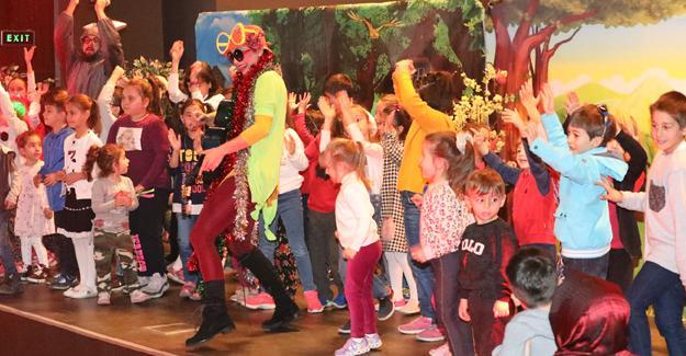 Çocuklardan tiyatro oyununa büyük ilgi