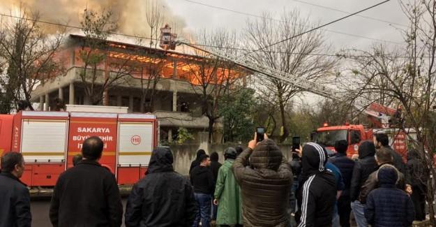 Çıkan yangında çatı katı alev alev yandı