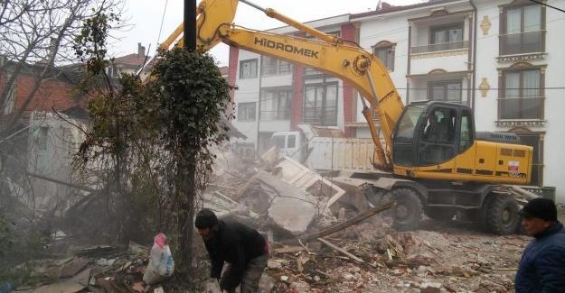 Erenler'de metruk binaların yıkımı sürüyor