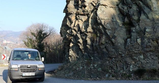Yola düşen kayalar tehlike saçıyor