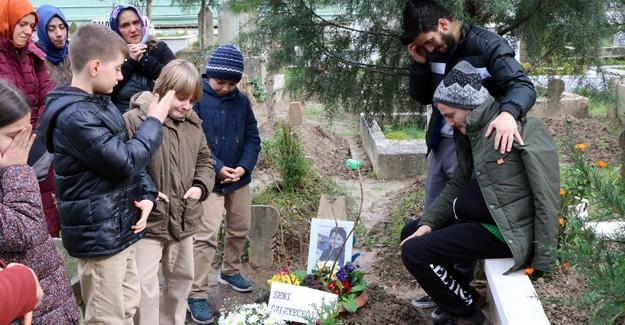 Kazada ölen 10 yaşındaki Berat'ın arkadaşları mezarını ziyaret etti
