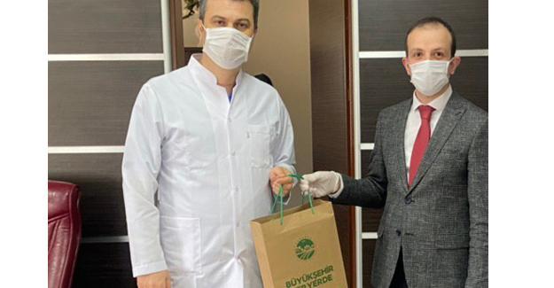 Büyükşehir sağlık çalışanlarının yanında