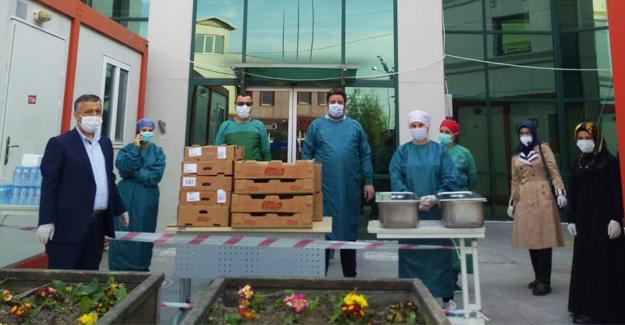 Sağlık çalışanları için ev sıcaklığında iftar hazırladılar