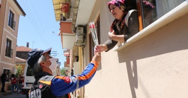 AFAD ve Kızılay'dan annelere karanfil dağıtıldı