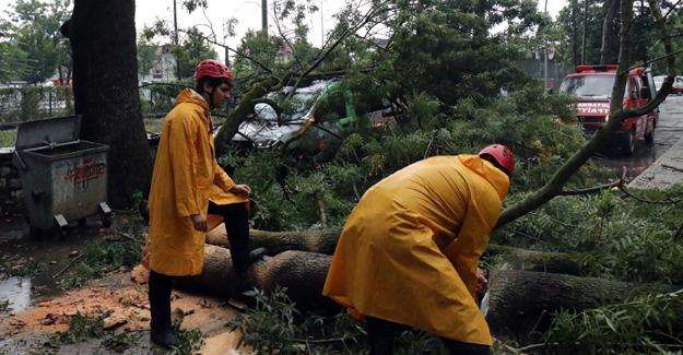 Şiddetli fırtına ve yağmur hayatı olumsuz etkiledi