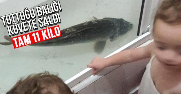 Tuttuğu balığı küvete saldı