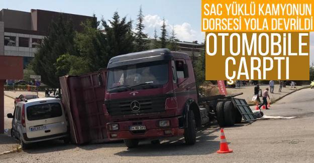 Sac yüklü kamyonun dorsesi yola devrilerek otomobile çarptı