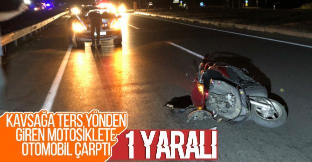 Kavşağa ters yönden giren motosikletliye otomobil çarptı