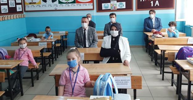 Okullar minik öğrencilerle şenlendi