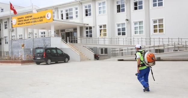 Serdivan Belediyesi, okullara yönelik temizlik işlemlerini sürdürüyor