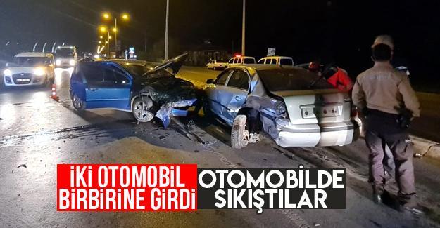 Sakarya'da iki otomobil birbirine girdi: 2 yaralı