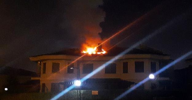 Villanın çatısında çıkan yangın paniğe neden oldu
