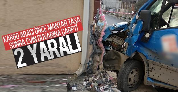 Kargo aracı evin duvarına çarptı: 2 yaralı