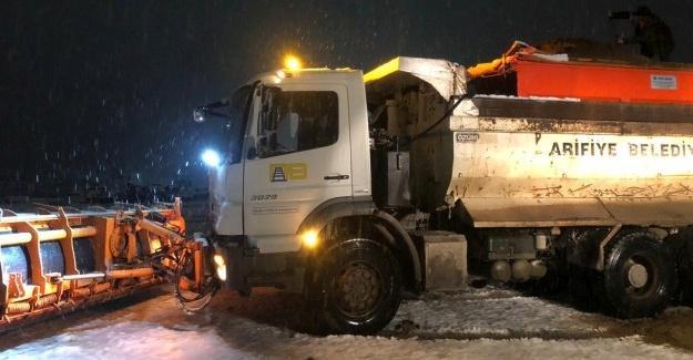 Arifiye'de ekiplerin kar mesaisi sürüyor