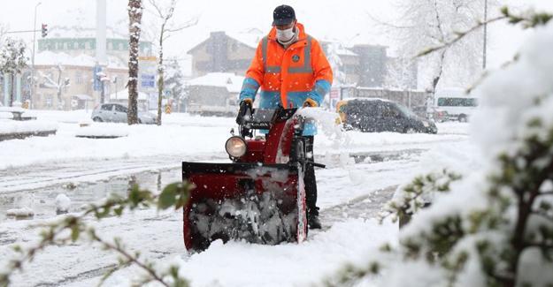 Serdivan'da kaldırımlar kardan temizleniyor