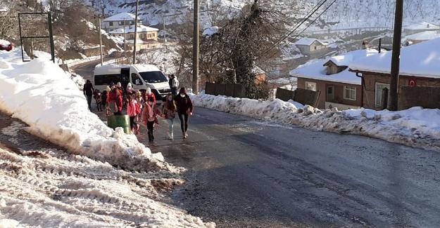 Servis buzlanan yolda ilerleyemedi! Öğrenciler okula yürümek zorunda kaldı