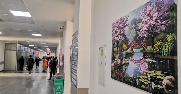 Hastane koridorları tablolarla renklendi