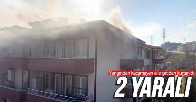 Yangından kaçamayan aile çatıdan kurtarıldı