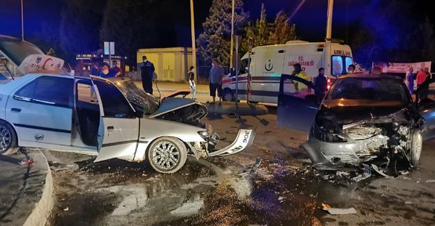 İki otomobil çarpıştı! 4 kişi yaralandı