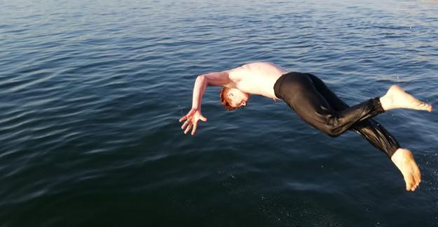 Sıcak havayı fırsat bilen gençler gölde yüzdü