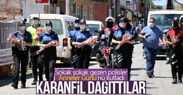 Sokak sokak gezen polisler 'Anneler Günü'nü kutladı