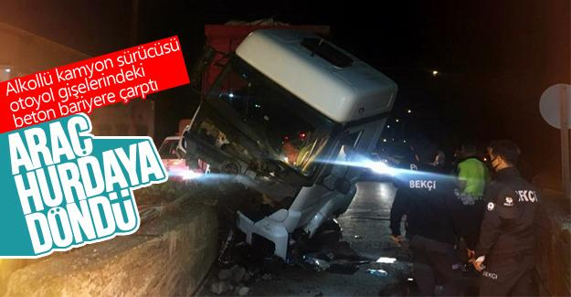 Alkollü kamyon sürücüsü beton bariyere çarptı