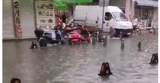 Aniden bastıran yağış cadde ve sokakları göle çevirdi
