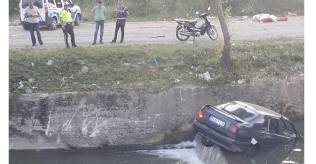 El frenini çekmeyi unuttu! Otomobil dereye düştü