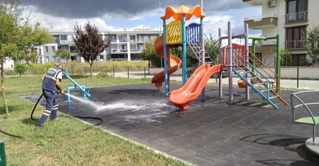 Çocuklar için parklar dezenfekte ediliyor