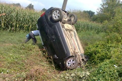 Otomobil tarlaya uçtu burnu bile kanamadı