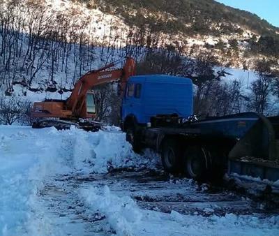 Karda mahsur kalan işçiler kurtarıldı