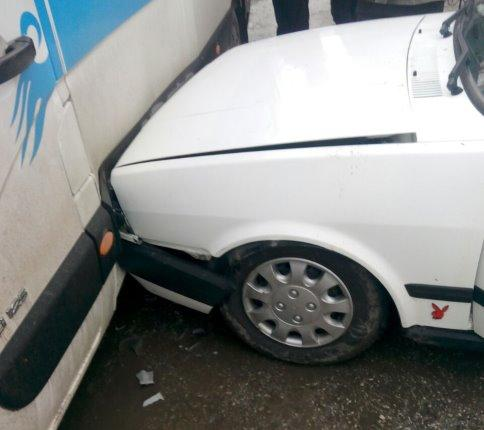 Panik yapan kadın sürücü okul servisine çarptı
