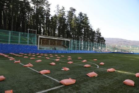 Sapanca Belediyesi futbol sahasının bakımını yapıyor