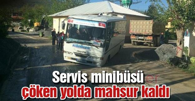 Servis minibüsü çöken yolda mahsur kaldı