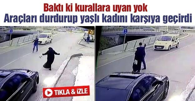 Yaşlı kadını araçları durdurarak yolun karşısına geçirdi