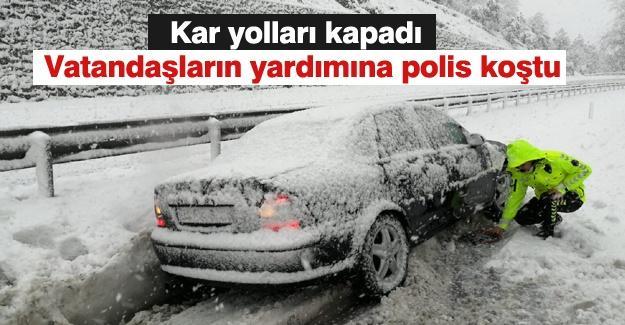 Kar yolları kapadı! Vatandaşların yardımına polis koştu