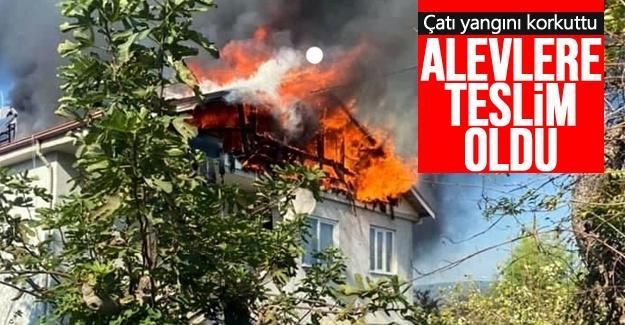 2 katlı evin çatısı alevlere teslim oldu